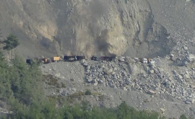Teröristler taş ocağını bastı, iş makinelerini ateşe verdi!