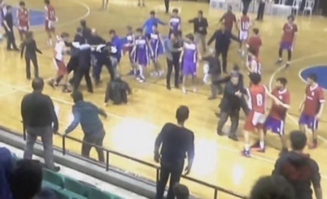 Basketbol maçında yumruklu tekmeli kavga!