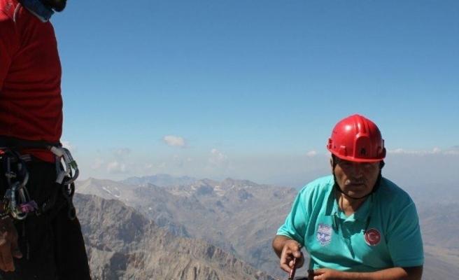 Dağcılar Türk bayrağını zirveye dikti