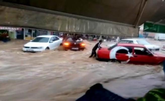 Sele kapılan otomobili elleriyle tutmaya çalıştı