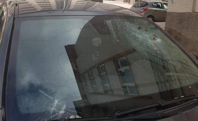 Mıcırlar araçların camlarını kırıyor