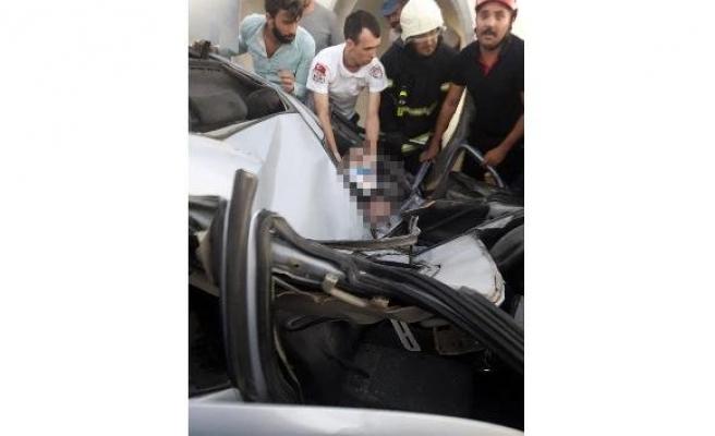 Otomobil direğe çarptı: 2 yaralı!