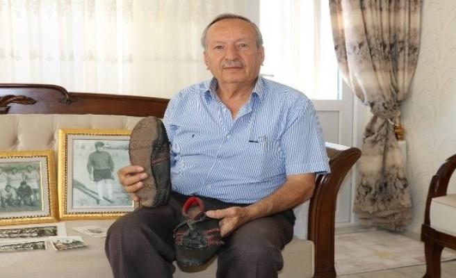 50 yıllık futbol ayakkabısını saklıyor