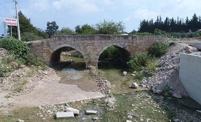 Tarihi köprüye hem asfalt hem beton döktüler