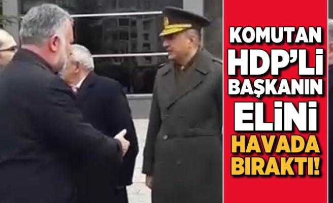 Komutan HDP'li başkanın elini havada bıraktı!