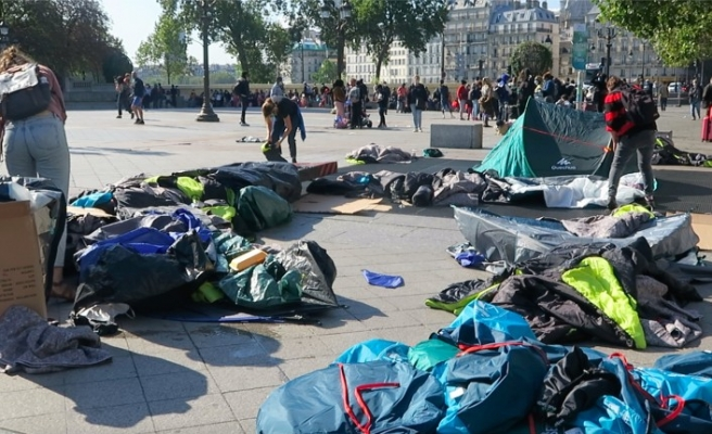 Fransız polisi göçmen evsizler uyurken müdahale etti