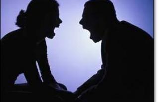 FLAŞ: Kocasını dövdürüp ayağını öptürdü!