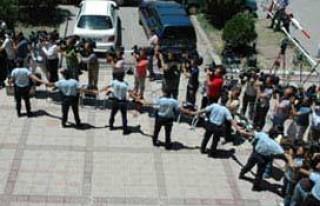 Özel harekatçı polisler adliyeye getirildi