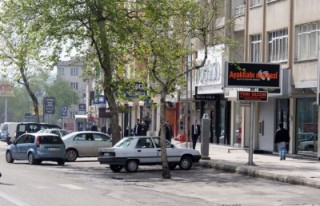 FLAŞ: Belediye'nin önündeki ağaçları kestiler!