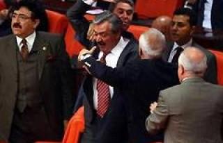 AK Partili Vekil Meclis'te sinir krizi geçirdi!