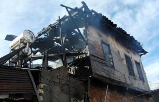 SİT alanındaki ahşap ev yanarak kül oldu!