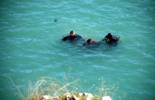Ot Toplarken Kayalıklardan Suya Düştü