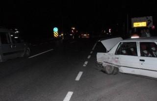 İki Otomobil Çapıştı: 6 Yaralı