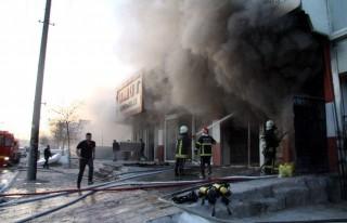 Yatak fabrikasındaki yangın korkuttu