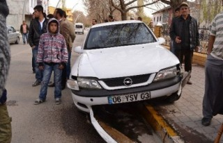 Kontrolden çıkan otomobil 3 çocuğa çarptı
