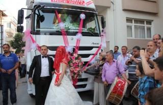 Çılgın çift TIR'ı düğün arabası yaptı!