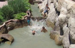 Çocuklar Süs Havuzunda Serinliyor
