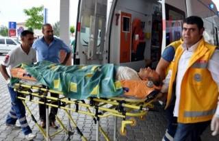 Kıyafeti çapa makinesine sıkışan çiftçi yaralandı