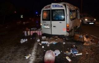 Temizlik malzemesi yüklü minibüs takla attı: 1...