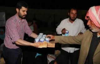 Suriyelilere sınır kapısında kumanya yardımı