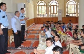 Hem Kur'an hem de trafik kurallarını öğreniyorlar