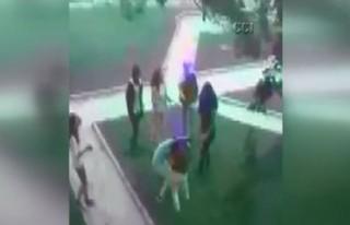 Ortaokullu kızların tekme tokat kavgası!