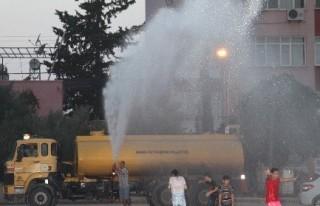 Sıcaktan Bunalan Çocukları Belediye Serinletti