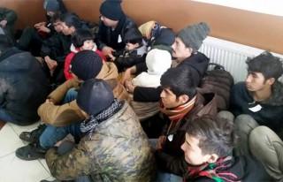 Kuşadası'nda 22 kaçak göçmen ve 1 insan taciri...