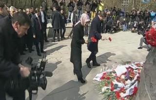 Davutoğlu ve eşi Kızılay'a karanfil bıraktı!