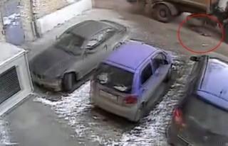 Yaşlı kadın çöp kamyonunun altında can verdi!