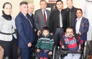 Müge Anlı engellilere tekerlekli sandalye hediye...