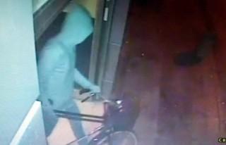 Kapüşonlu Bisiklet Hırsızı Kameraya Yakalandı