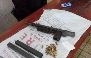 Polis, durdurduğu araçta suikast silahı ele geçirdi