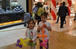 Çocuklar Sosis balon şov ile eğlenirken öğrendiler