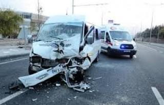 Öğrenci servisi TIR'a çarptı: 18 yaralı!