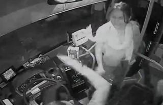 Kadın hem unuttu hemde şoförü darp etti!