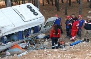 Yolcu minibüsü şarampole uçtu: 1 ölü, 11 yaralı!