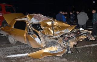 Kağıt gibi ezilen otomobilden yaralı kurtuldu