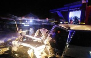 Otomobille hafif ticari araç çarpıştı: 2 yaralı!