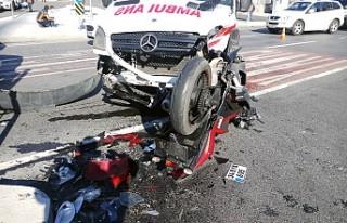 Ambulansla motosiklet çarpıştı: 1 ağır yaralı