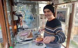 Şam tatlısı yaparak baba mesleğini sürdürüyor