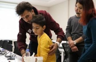 Kahramanmaraş'ta üniversite öğrencileri eli olmayan Furkan'a 'Robotel' yaptılar