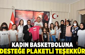 Kadın basketboluna desteğe plaketli teşekkür