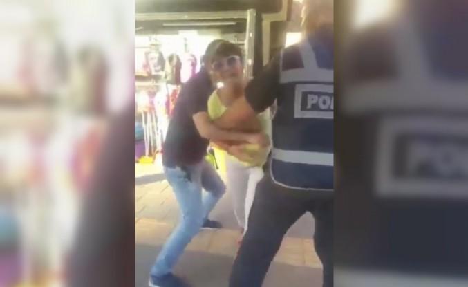 Maske takmamak için polise direnen kadına hemcinsinden görülmemiş tepki...