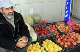 Zabıtalara kızdı, sebzelerini yola saçtı!