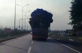 Hurda yüklü kamyonun trafikte tehlikeli anları