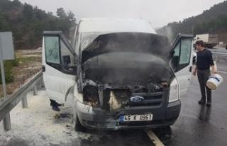 Kahramanmaraş'ta seyir halindeki minibüs alev...