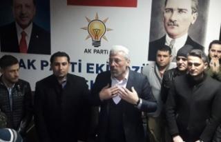 Başkan adayı Eker Ekinözü'nü gençlerle birlikte...