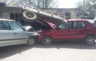 Akılalmaz kaza! 1 traktör, 2 otomobil...